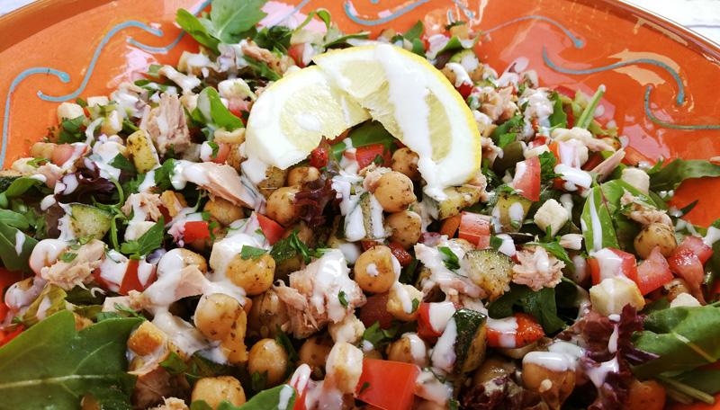 Recept salade met kikkererwten, za'atar en tahin - Thomas Culinair